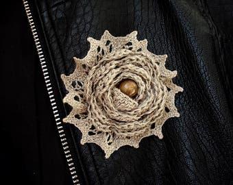 Брошь вязаная - лен, дерево бусина - бохо - льняная брошь - стильная брошь - украшение к одежде - серый коричневый - уникальный подарок маме
