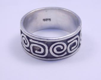 Stunning sterling silver band ring size 8 1/2