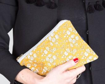Moyenne pochette rectangulaire en liberty jaune moutarde et bleue. Pochette de soirée. Trousse maquillage. Trousse de toilette.  Fourre-tout