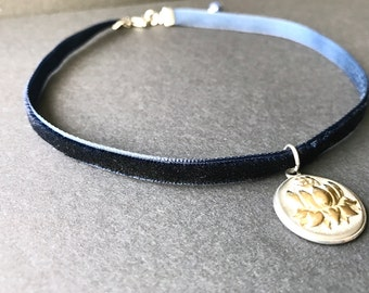 Velvet Choker Midnight Blue lace with Lotus Om Medallion in Stainless Still. With Lapis Lazuli Bead at the end. Halsband mit Lotus Medallion