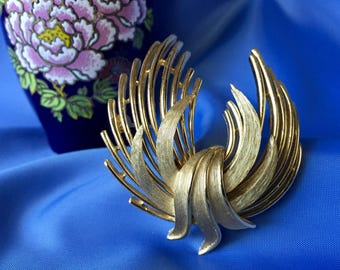Crown Trifari Signed Vintage Gold Tone Brooch, Vintage Gold Pin, Vintage Crown Trifari Pin