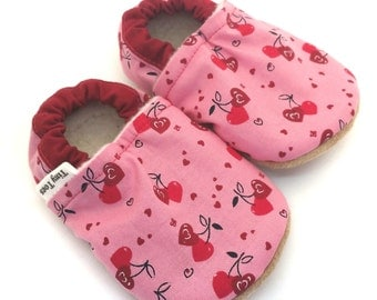 Valentines baby shoes, heart booties, baby girl shoes, soft sole booties, girl booties, crib shoes, Infant booties, stay on shoes, baby gift