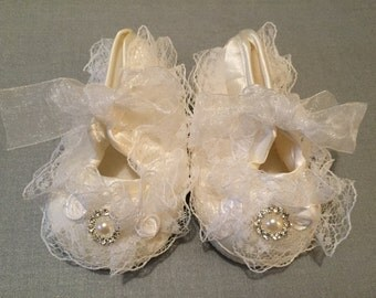BABY SHOES, Lace Baby Shoes, Ivory Crib Shoes, Lace Baby Shoes, Ivory Shoes, Baby Booties, Baptism Shoes, Christening Baby Shoes