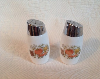 """Vintage milkglass salt and pepper shakers Corning Ware pattern """"Spice of Life"""" / / made in the Canada"""