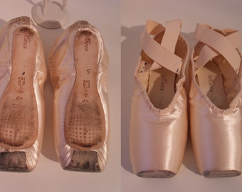 So Danca Vintage Ballet Pointe Shoes Pink Satin Leather Pointe and Sole Elastic Around Ankles no Ribbon