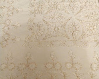 Cotton embroidered with threads of Lebanon 104 x 104 gold tablecloth