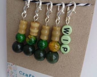 Green WIP & glass beads crochet stitchmarkers. Progress keepers. Knitting. Handmade. Silver plated. Deep green. Yellow. Work In Progress.