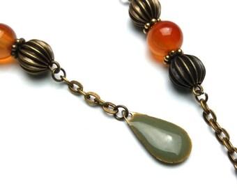Boucles d'oreilles perle semi précieuse cornaline, perles ajourées bronze et sequin vert olive