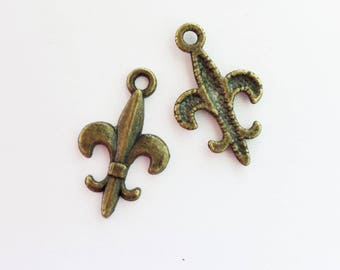25/50 Antiqued Bronze Fleur de Lis Charms 19 x 12mm