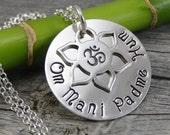 Prêt à expédier - bijoux estampillé - Om breloque fleur de Lotus - Om Mani Padme Hum - Mantra - collier en argent Sterling - bijoux personnalisés à la main