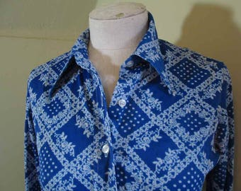 Blue Patchwork print Vintage 70s Blouse Blue and White calico flowers 70s vintage knit Blue print blouse fitted style 1970s Disco shirt S M