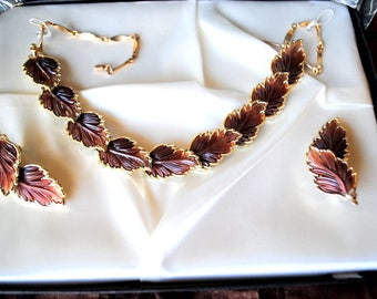 Classy vintage 50s brown , sculpured leaves parure:necklace and clip on earrings. Mint condition. In the original box.