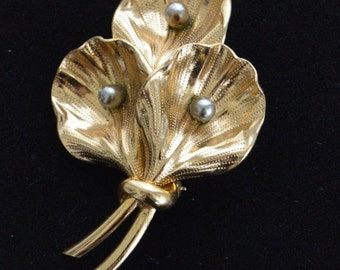 On sale Pretty Vintage Gold tone, Silver tone Floral Brooch (P13)