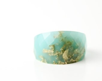 cocktail ring size 8 seafoam round faceted eco resin ring featuring gold leaf flakes