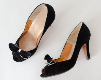 1950s vintage shoes / black suede peeptoe pumps / Jack Rogers / size 6