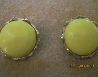 "BEAUTIFUL Vintage Gold & Yellow ""Faceted"" Thermoset BIG Button Clip Earrings.... 4672"