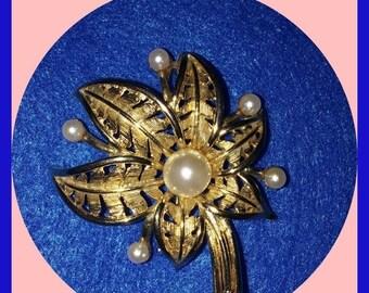 Brooch Vintage Signed LISNER 1960s Gold Pearls Filigree Petals