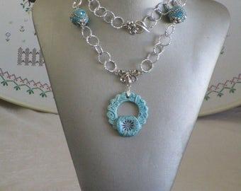 Ravissant collier pendentif en céramique et métal argenté avec perles d'Indonésie