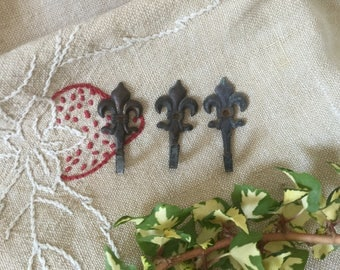French vintage 3 small hooks flower of Lily in metal for hanging wall