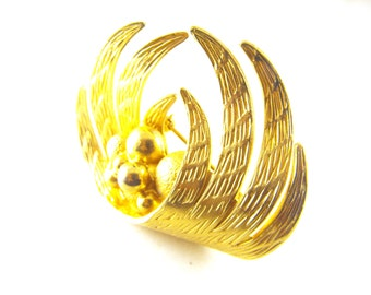 Signed Coro Brooch Very Unusual Design Textured Gold Tone Spheres Nesting In Wings