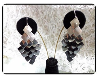 Must See - Luscious Silver/Grey Toned Chips -  Dangle Earrings   E6026a-020517002
