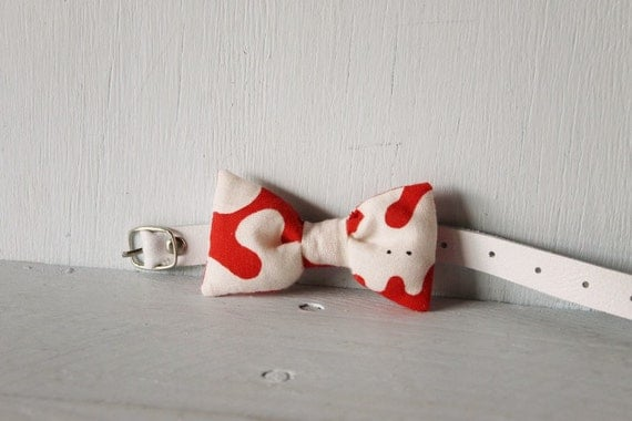Bow tie cat collar >> Small dog bow tie >> Red and white bow tie, white leather strap and silver buckle >> Pet gift