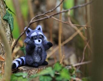 Needle Felted Raccoon, Needle Felted Animal, Raccoon Miniature, Raccoon Figurine, Woodland Animal, Soft Sculpture, Animal Lover Gift, Cute