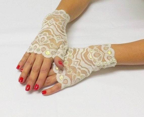 Ivory lace gloves. Ivory pearls gloves. Short lace mittens. Bridal gloves. Victorian lace mittens. Lace cuffs. Fingerless floral gloves.