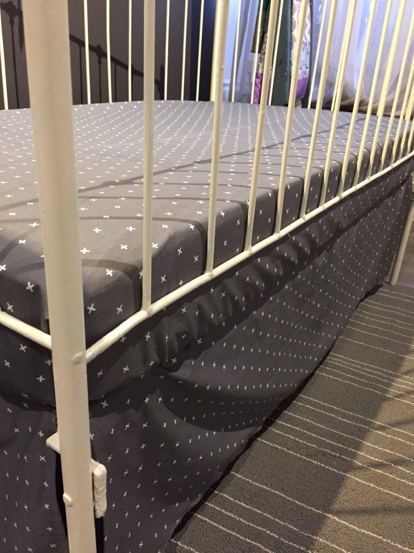 drap contour seul pour lit de b b motif croix sur gris. Black Bedroom Furniture Sets. Home Design Ideas