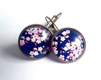 Earrings sleepers small pink flowers on blue bottom, Japanese style, glass, bronze cabochon. Boucles d'oreille fleurs de sakura roses