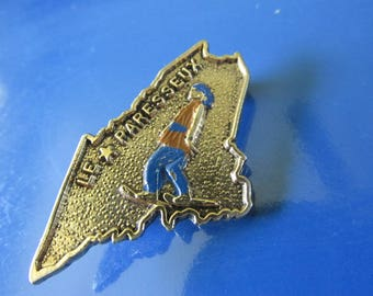 """Vintage Tourist PIN LE PARESSEUX Snow Boarder Captioned on Pin """"Lazy"""" in French Souvenir Resort Skiing Snow Boarding Swiss Alps Switzerland"""