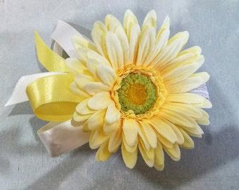 Daisy Corsage, spring Corsage,  spring daisy corsage, yellow wrist corsage, spring time corsage, yellow spring corsage, spring daisy corsage