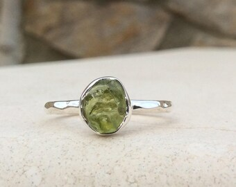 US 7, Raw Stone Ring, Raw Peridot Sterling Silver Hammered Ring, Rough Natural Gemstone, Rough Peridot Ring, Peridot Gemstone Silver Ring