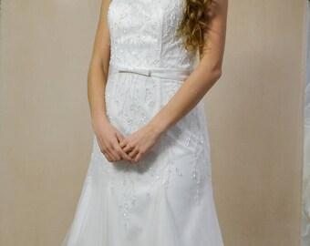 abito da sposa ricamato a mano con cinturino in raso e stringhe sulla schiena
