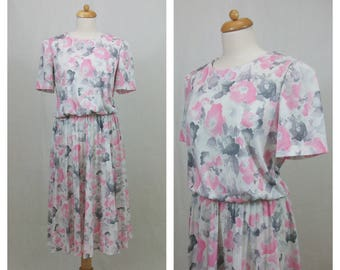 80s vintage dress. Pink and gray printed white dress. Short sleeve dress. Floral print dress. Pleated dress. Size XL.