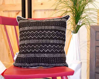 African decorative cushion, African pattern, African fabric, woven and hand painted. Sewing made in Québec, Canada, home decor accessories