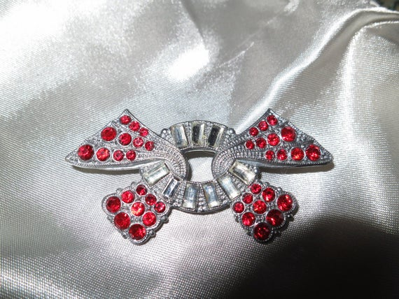 Stunning Art Deco 1940s silver metal brooch with clear and ruby red rhinestones