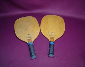 Paire raquettes bois Donnay pour la plage. Van Schelle Sports. Wooden beach rackets. Tennis de plage Vintage. France.