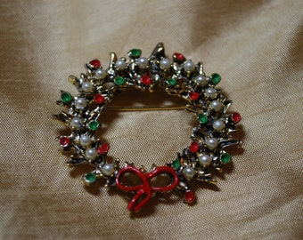 Vintage Gold Tone Wreath Pin with faux pearls and painted accents J1-012