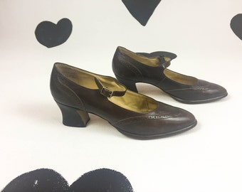 80's does 20's brown leather wingtip mary janes heels 1980's Victorian Laura Scott Ashley flapper preppy low pumps shoes size 7.5 7 1/2 M