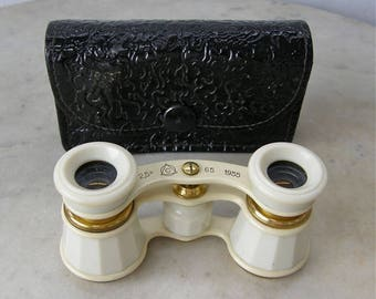 OPERA GLASSES + CASE White Bakelite Casing & Brass Frame 2.5x Mag Adjustable Black Textured Faux Leather Snap Case Pocket/Purse Size 1950's