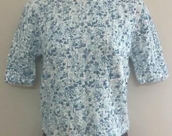 Vintage Blue and White Floral Short Sleeved Sweater / Vintage 1970s Light Weight Sweater / Half Sleeve Blouse Size Sm/Med