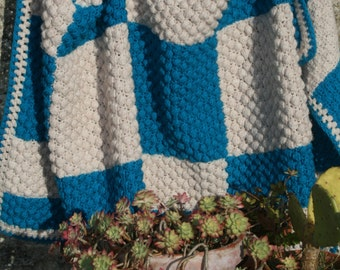 Liv : French vintage crocheted afghan, patchwork of crocheted squares and rectangles, ecru and turquoise.