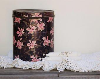 Boîte cylindrique en métal recouverte de papier violet à fleurs roses Boîte Au fidèle berger Paris frenchvintage style