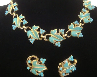 "Vintage parure CORO ""Arbutus"", necklace and earrings. Gold tone metal, light blue enamel leaves and lucite beads. About 1955 set - cod. A139"