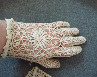 Vintage 1950's  Ivory Crochet Wrist Length Gloves with amazing design on front one size fits all