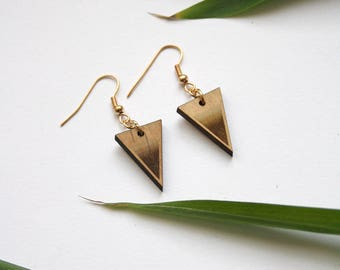 Triangle earrings in wood, brown gradient color engraved, brass ear crochet, gold color, wooden jewelry, minimal boho jewel, made in France