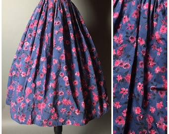Vintage 50s skirt / 1950s skirt / floral skirt / full pleated skirt / cotton skirt / navy pink skirt / M5229