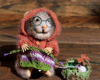 Needle felted realistic knitting granny mouse ,  felted mouse, needlewoman, felted toy, felt animal, eco-friendly, collectable miniatur