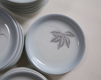Scandinavian porcelain: small plates with leaves - paleblue
